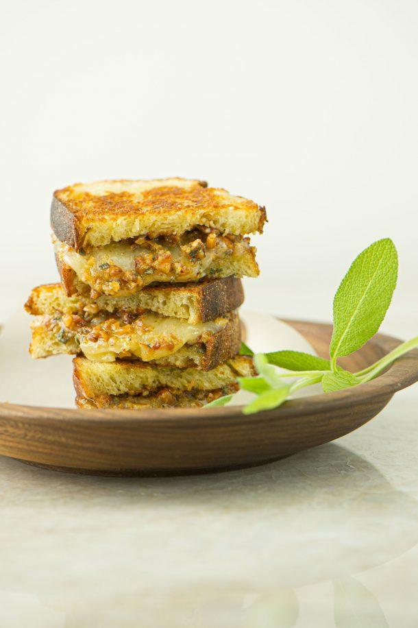 Sandwich au fromage grillé et pesto aux amandes