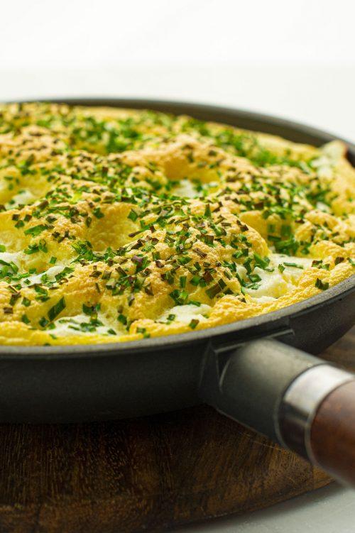 Omelette soufflée au chèvre et ciboulette