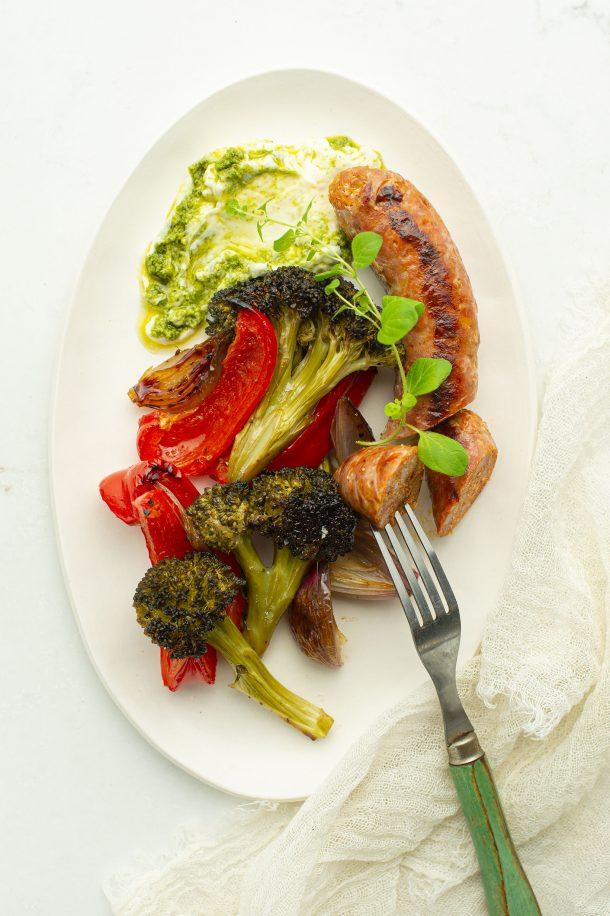 Plaque saucisses, brocolis et poivrons rouges