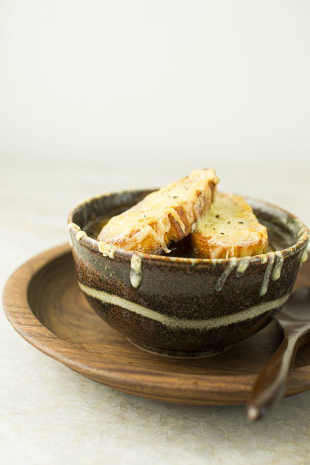 Soupe à l'oignon gratinée végé