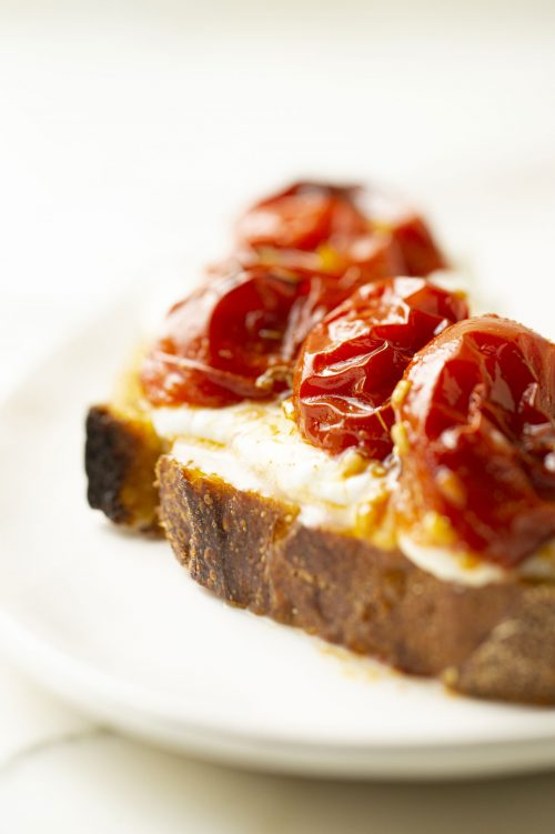 Tartine de tomates rôties