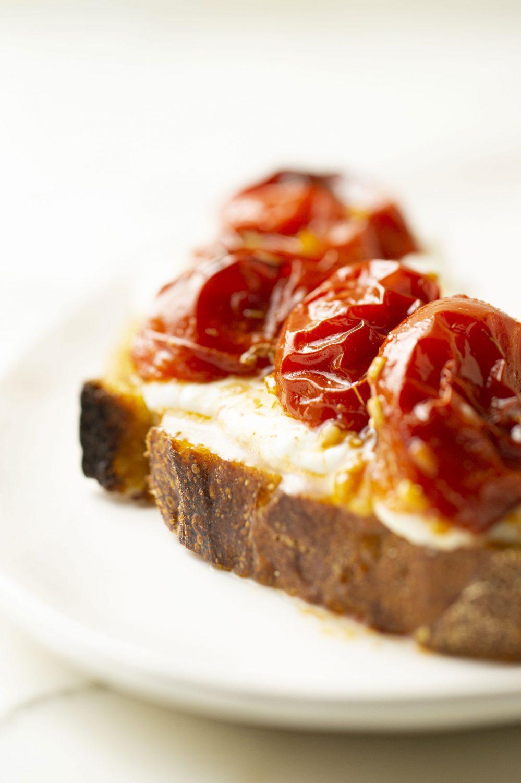 Tartine de tomates rôties