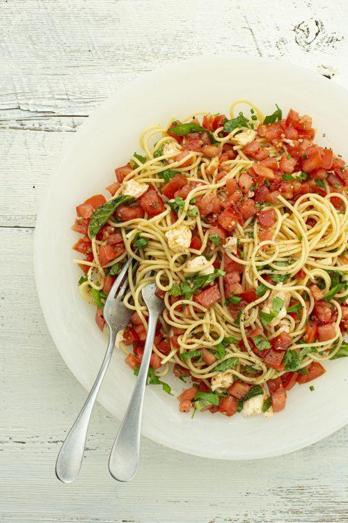 Pâtes à la sauce aux tomates crues