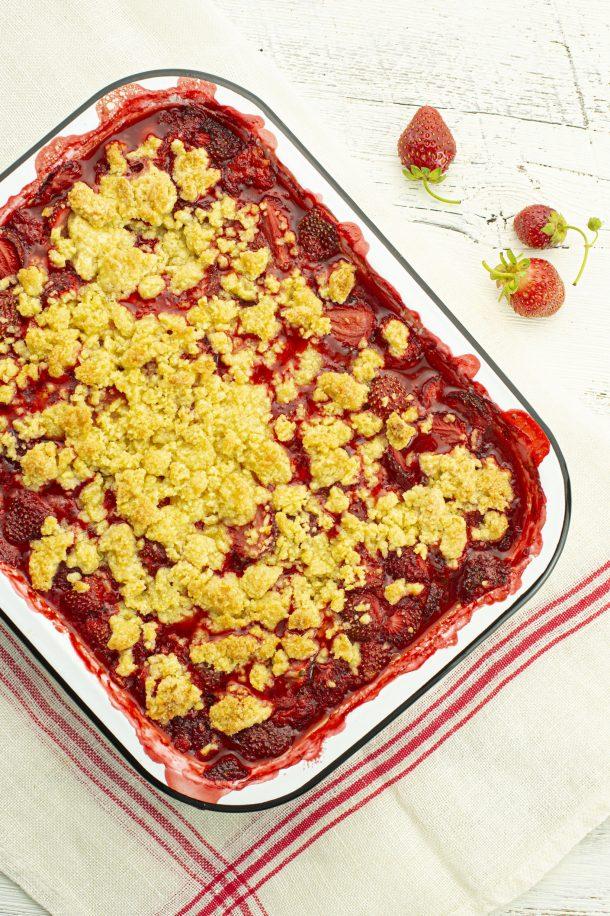 Croustillant à la polenta, aux fraises et à la rhubarbe