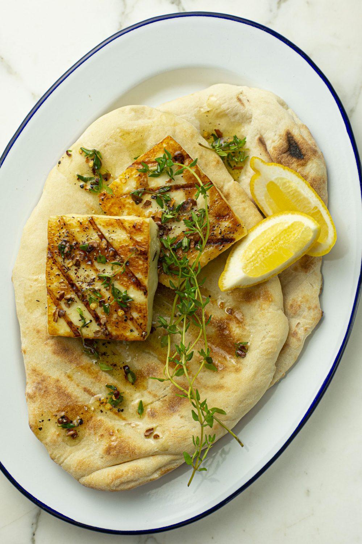 Pain naan et fromage halloumi grillés