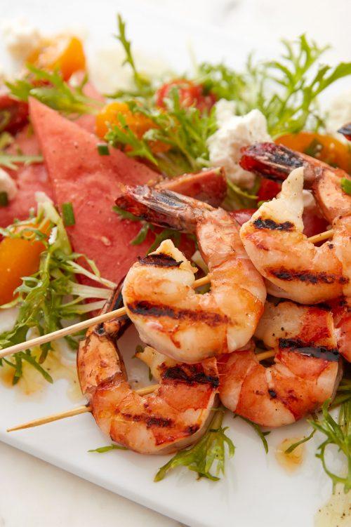 Salade de tomates, melon d'eau et crevettes grillées