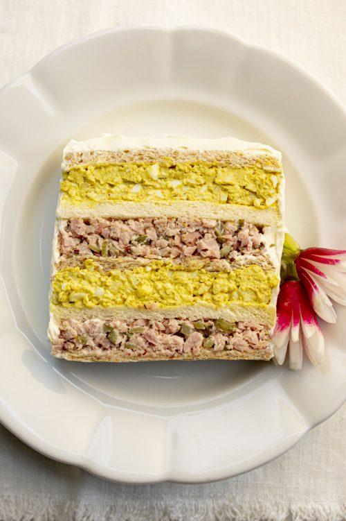 Pain sandwich aux œufs et au jambon
