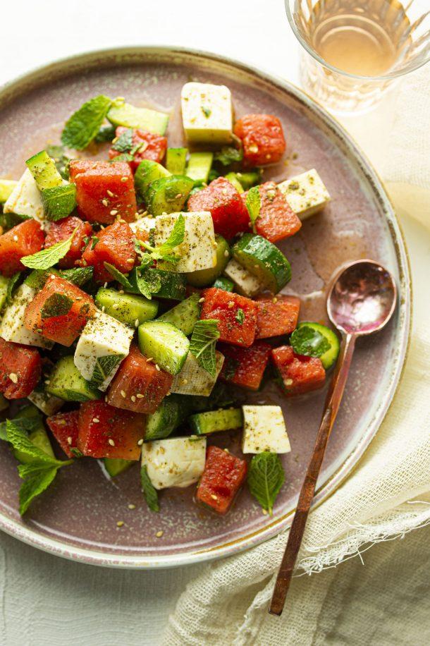 Salade de fromage halloumi, concombres et melon d'eau