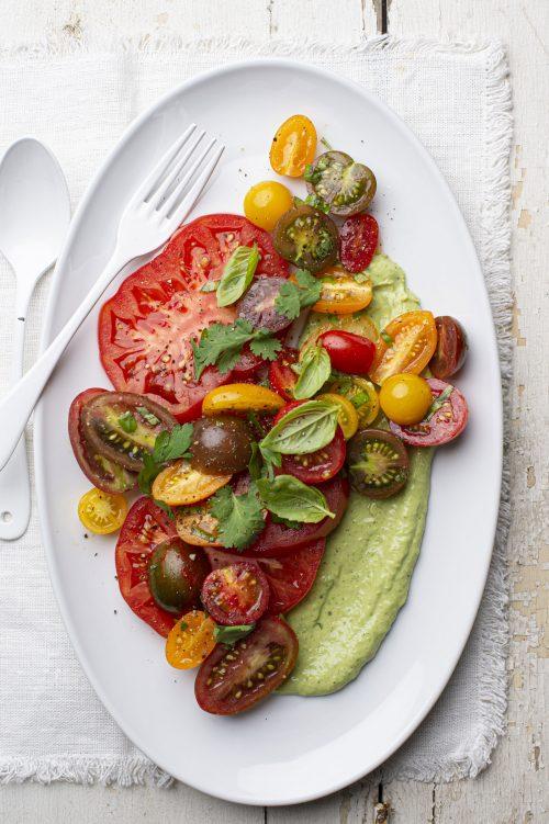 Salade de tomates, sauce au yogourt et avocat